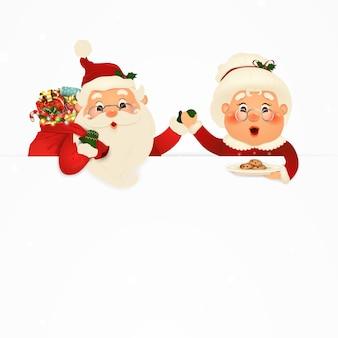 Sra. claus juntos. personaje de dibujos animados de happy santa claus y su esposa con letrero, banner publicitario. lindo santa claus y la sra. claus con galletas y espacio de copia en blanco, nieve que cae.
