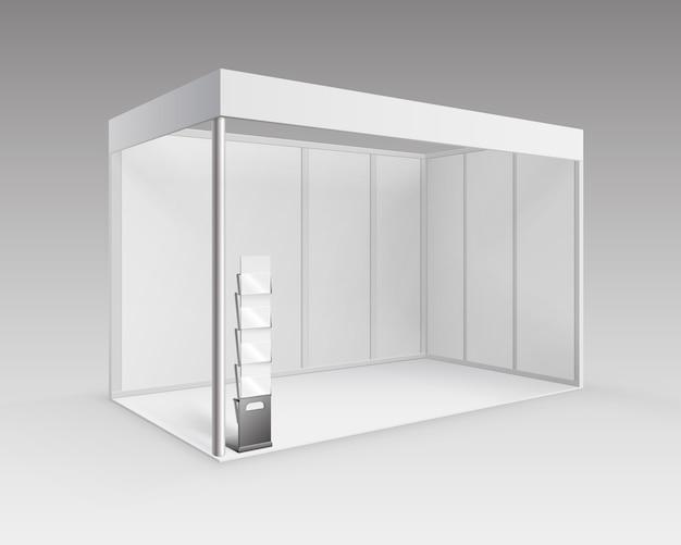 Stand estándar de stand de exposición de comercio interior en blanco blanco para presentación con porta folletos en perspectiva aislada sobre fondo