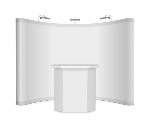 Stand de exposición en blanco con banner y mesa sobre fondo blanco.