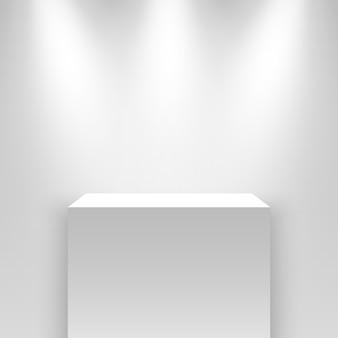 Stand de exposición blanco, iluminado por focos. pedestal.