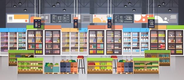 Supermercado de pasillo con estantes, artículos de abarrotes, compras, comercio minorista y concepto de consumismo
