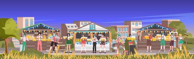 T9 197 personas en máscaras bebiendo cerveza celebración de la fiesta de octubre festival al aire libre al aire libre paisaje urbano de fondo