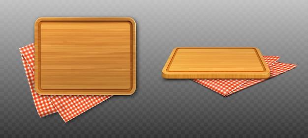 Tabla de cortar de madera y mantel a cuadros rojo.