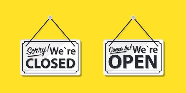 Tableros de información con la inscripción, entra, estamos abiertos y lo sentimos, estamos cerrados. letrero blanco con una cuerda en el fondo. concepto de negocio para empresas, sitios y servicios cerrados y abiertos