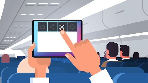 Tablet pc de mano humana con reglas de modo de vuelo del concepto de seguridad del avión tablero de avión moderno con plano horizontal de pasajeros