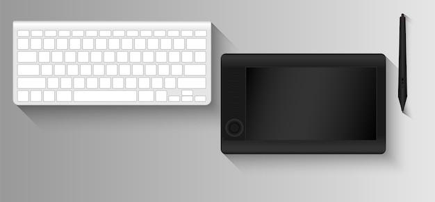 Tableta gráfica y teclado para diseñador gráfico