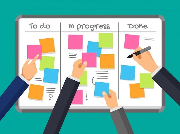 Tablón de anuncios y planificación empresarial. programar en un tablero de tareas. tablero de etiqueta con las manos del empresario. notas vacías en un tablero blanco. trabajo en equipo y concepto de gestión del tiempo empresarial.