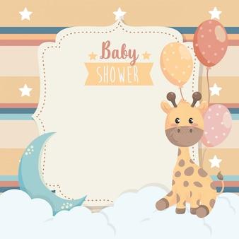 Tarjeta de animal jirafa con globos y nubes.
