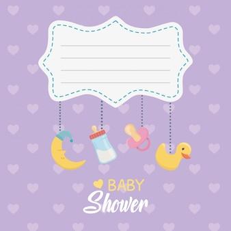 Tarjeta de baby shower con accesorios colgantes.