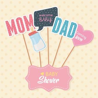 Tarjeta de baby shower con accesorios y mensajes en stick.