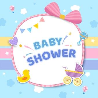 Tarjeta de baby shower con cochecito y juguetes en lindo color pastel.