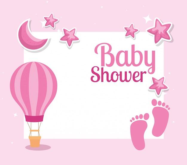 Tarjeta de baby shower con huellas y decoración.