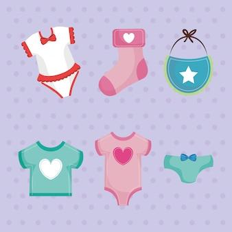 Tarjeta de baby shower con juego de ropa.