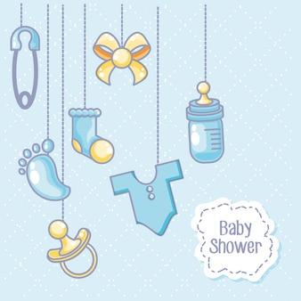 Tarjeta de baby shower con objetos para niños colgando