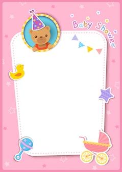 Tarjeta de baby shower con osito y juguetes sobre fondo rosa marco.