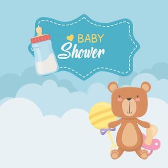 Tarjeta de baby shower con osito osito y botellas de leche.
