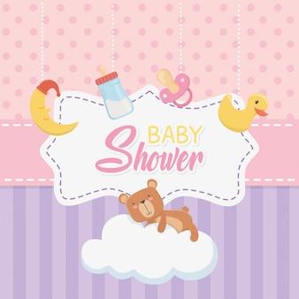 Tarjeta de baby shower con osito osito y set de accesorios.