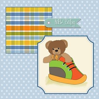 Tarjeta de baby shower con oso de peluche escondido en un zapato