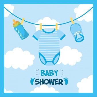 Tarjeta de baby shower con ropa colgada