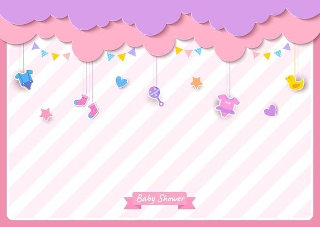 Tarjeta de baby shower con ropa y juguetes sobre fondo rosa