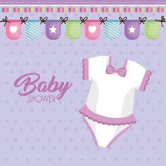 Tarjeta de baby shower con ropa