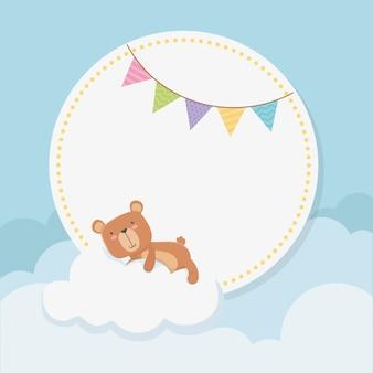 Tarjeta circular de baby shower con osito teddy en nube