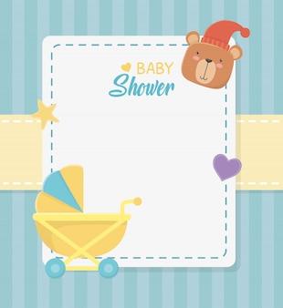 Tarjeta cuadrada de baby shower con osito osito y carrito de bebé.