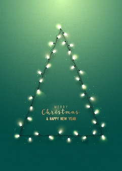 Tarjeta de felicitación con árbol de navidad en la pared verde.