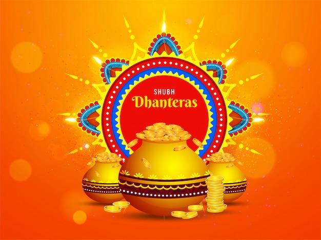 Tarjeta de felicitación de celebración shubh dhanteras con lámparas de aceite iluminadas (diya) y ollas de monedas de oro sobre fondo naranja desenfoque bokeh.