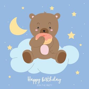 La tarjeta de felicitación en colores pastel azul marrón con el oso come el buñuelo se sienta en la nube alrededor de la estrella