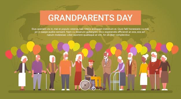 Tarjeta de felicitación del día de los abuelos felices banner mix race grupo de personas mayores sobre el mapa mundial