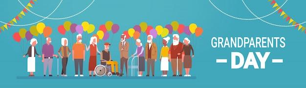 Tarjeta de felicitación del día de los abuelos felices banner mix raza grupo de personas mayores celebración
