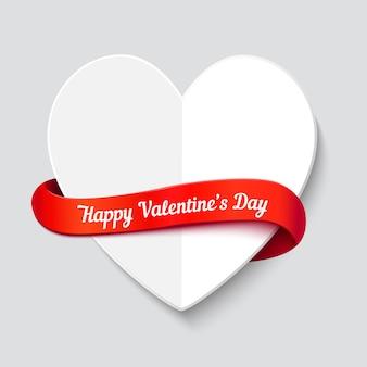 Tarjeta de felicitación del día de san valentín. gran corazón doblado cortado en papel blanco con cinta de rizo rojo y espacio para texto