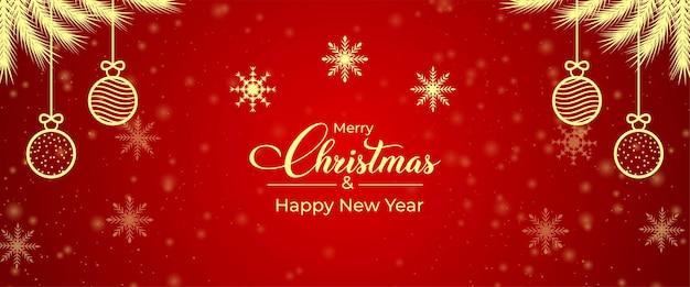 Tarjeta de felicitación de feliz navidad con bolas, copos de nieve. adornos navideños rama de pino dorado. banner de redes sociales con elementos dorados y ramas de árboles sobre un fondo rojo. banner de navidad.