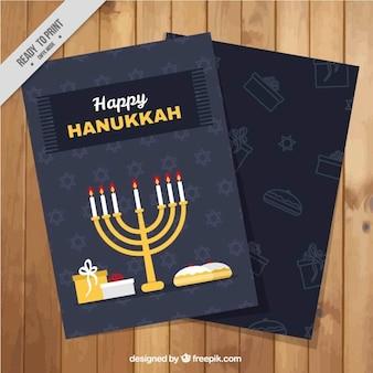 Tarjeta de felicitación de hanukkah con candelabro y regalos en diseño plano