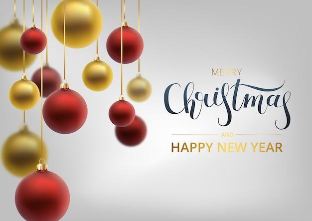 Tarjeta de felicitación de navidad. bola de navidad roja, con un adorno y lentejuelas. letras dibujadas a mano.