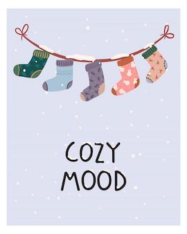 Tarjeta de felicitación navideña con calcetines cálidos y elementos de invierno