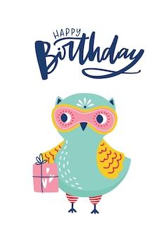 Tarjeta de felicitación o plantilla de postal con adorable búho o mochuelo y letras de feliz cumpleaños escritas a mano con fuente caligráfica cursiva