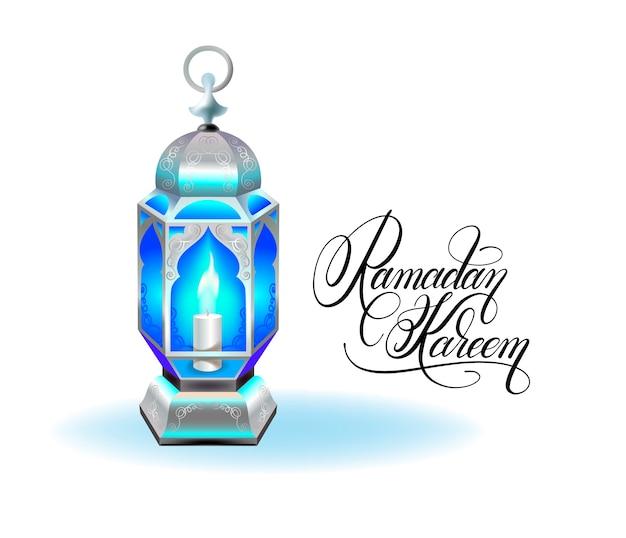 Tarjeta de felicitación de ramadán kareem con linterna azul plateada