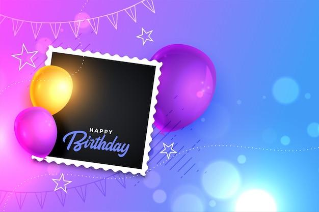 Tarjeta de feliz cumpleaños con globo realista y marco de fotos