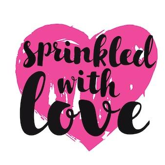 Tarjeta de greeteng con letras dibujadas a mano rociadas con amor sobre fondo de corazón rosa brillante