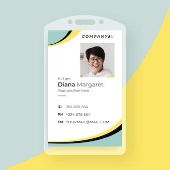 Tarjeta de identificación comercial con elementos minimalistas y foto.