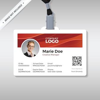 Tarjeta de identificación de empleado con fondo de ola roja brillante