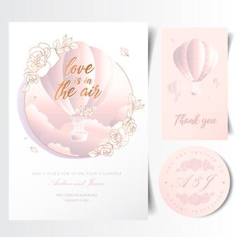 Tarjeta de invitación de boda con globo aerostático volando en el cielo