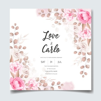 Tarjeta de invitación de boda con hermosos adornos florales.