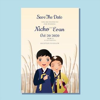 Tarjeta de invitación de boda la novia y el novio linda pareja en traje de hanbok tradicional personaje de dibujos animados de corea del sur. paisaje hermoso fondo