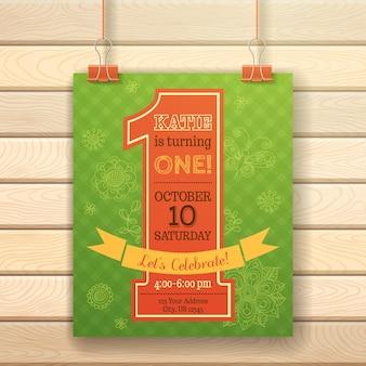 Tarjeta de invitación de cumpleaños de un año sobre fondo de madera