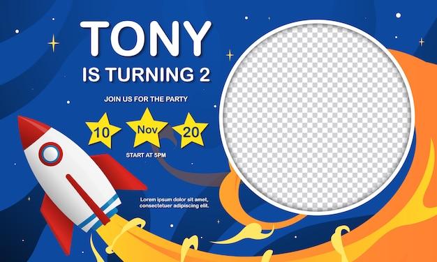Tarjeta de invitación de fiesta de cumpleaños para niños con lugar para imagen en cohete