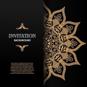 Tarjeta de invitación de oro mandala de lujo con fondo negro