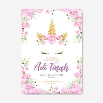Tarjeta de invitación unicornio con corona de flores y brillo dorado.